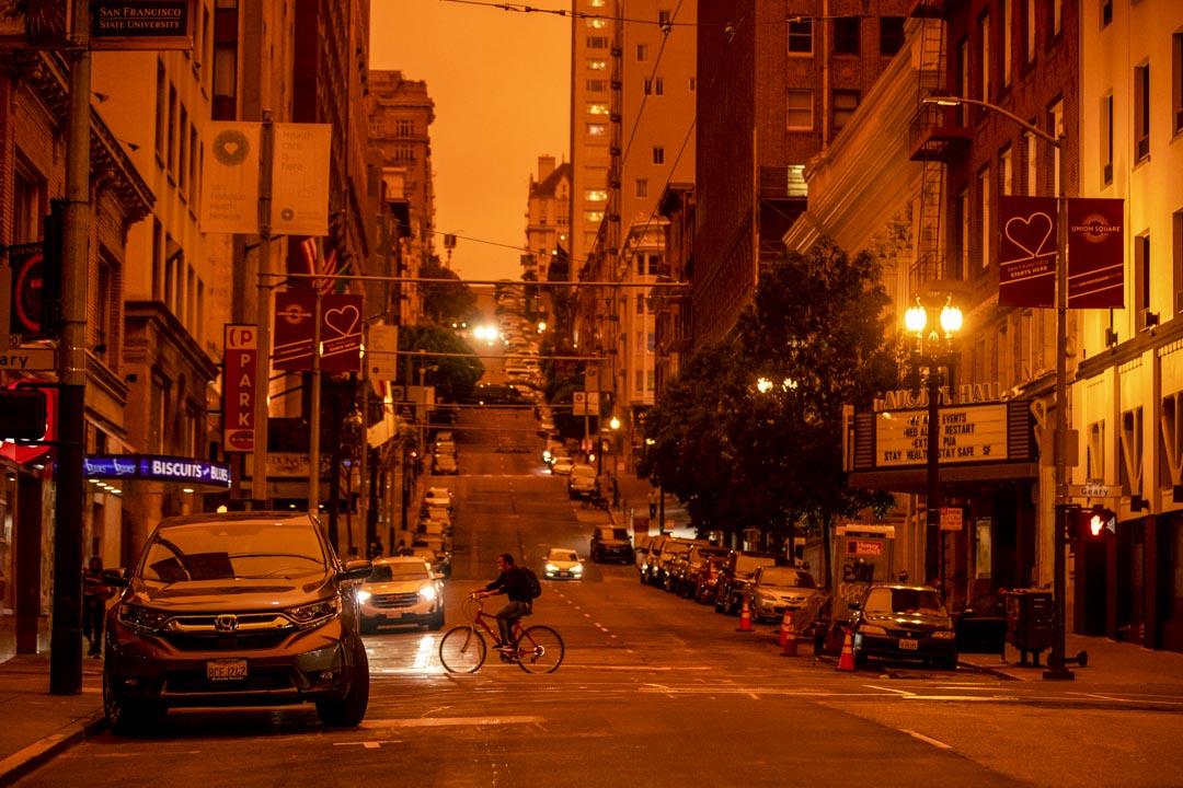 2020年9月9日,加州三藩市中午時分,行人在街上騎單車。