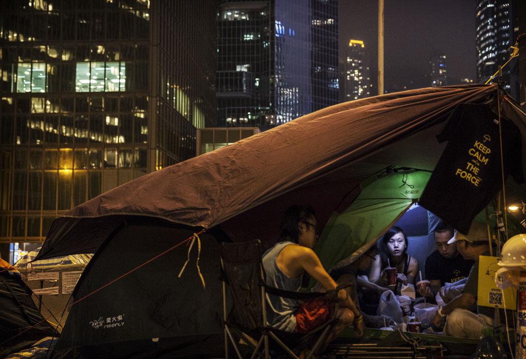 2014年11月12日,香港雨傘運動,金鐘佔領區的市民在帳篷裡吃晚餐。