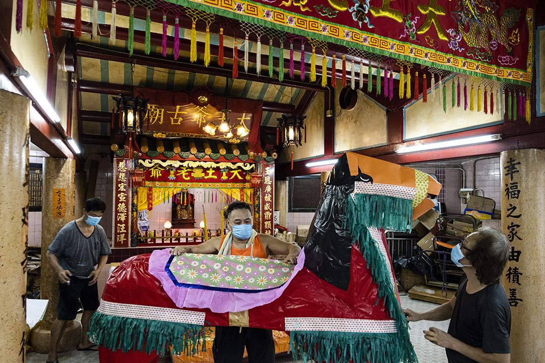 2020年9月5日,翁師傅為一間廟宇製作及運送紙紥拜品。