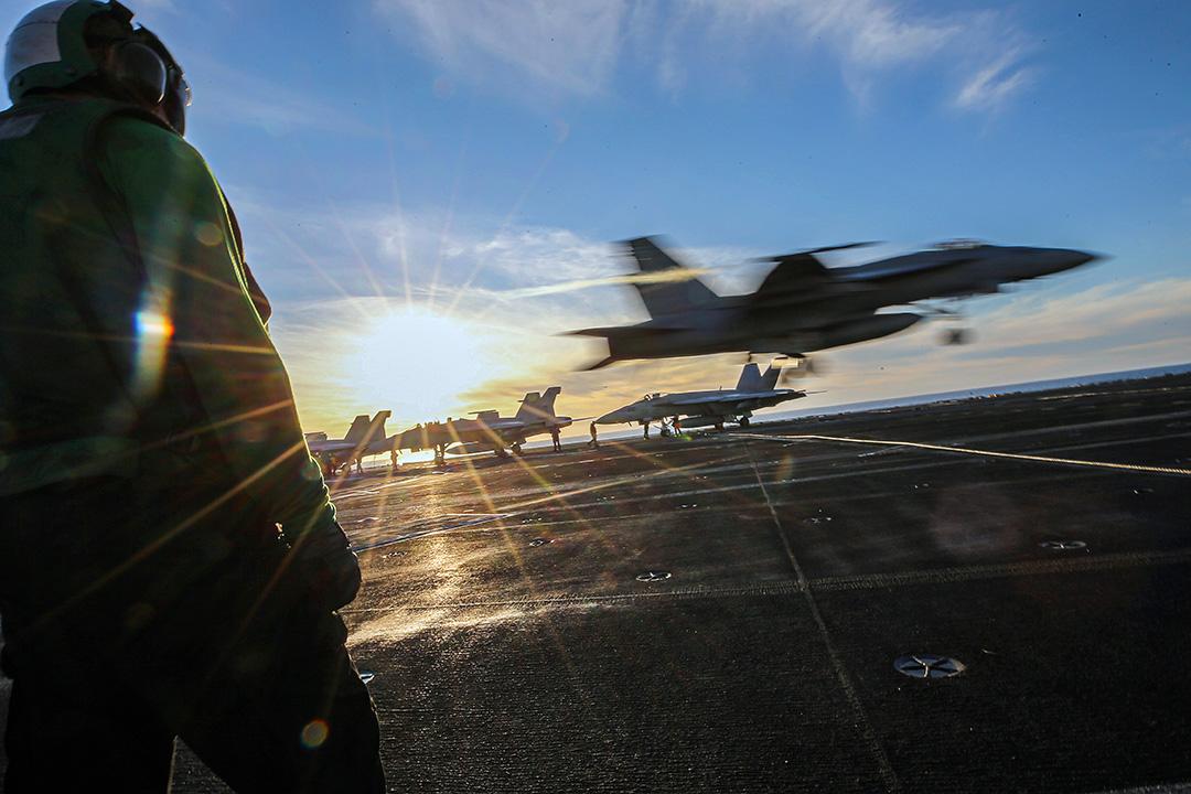 2020年1月18日加利福尼亞州沿海,美國海軍在尼米茲號(CVN 68)航空母艦上甲板上值班。 攝:Mario Tama/Getty Images