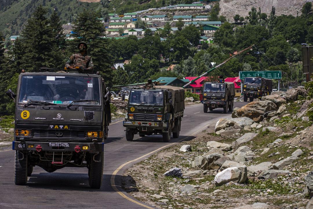 2020年6月19日印度克什米爾,印度軍隊駕駛在鄰近中國的高速公路上。