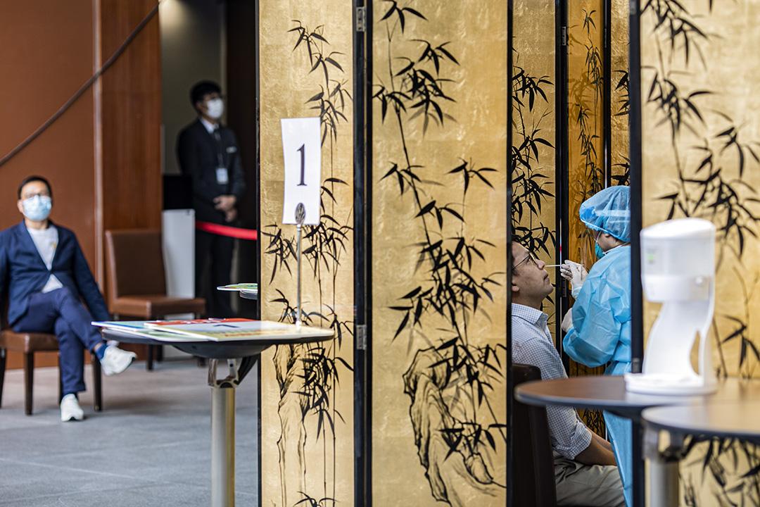 2020年9月1日,香港立法會建制派議員陳克勤在立法會內接受檢測。 攝:陳焯煇/端傳媒