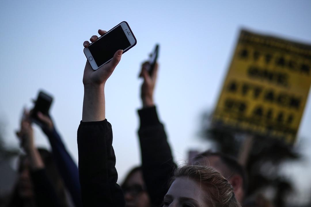 2018年3月,美國加州一場Black Lives Matter示威活動,參加者舉起手機悼念被警員射殺的黑人男子Stephon Clark。