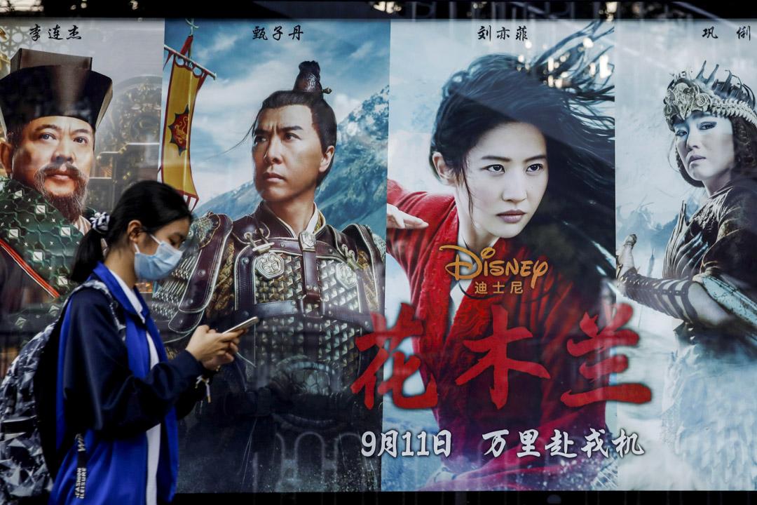 2020年9月9日,北京的一個公交車站上有電影《花木蘭》的廣告。 攝:Carlos Garcia Rawlins/Reuters/達志影像