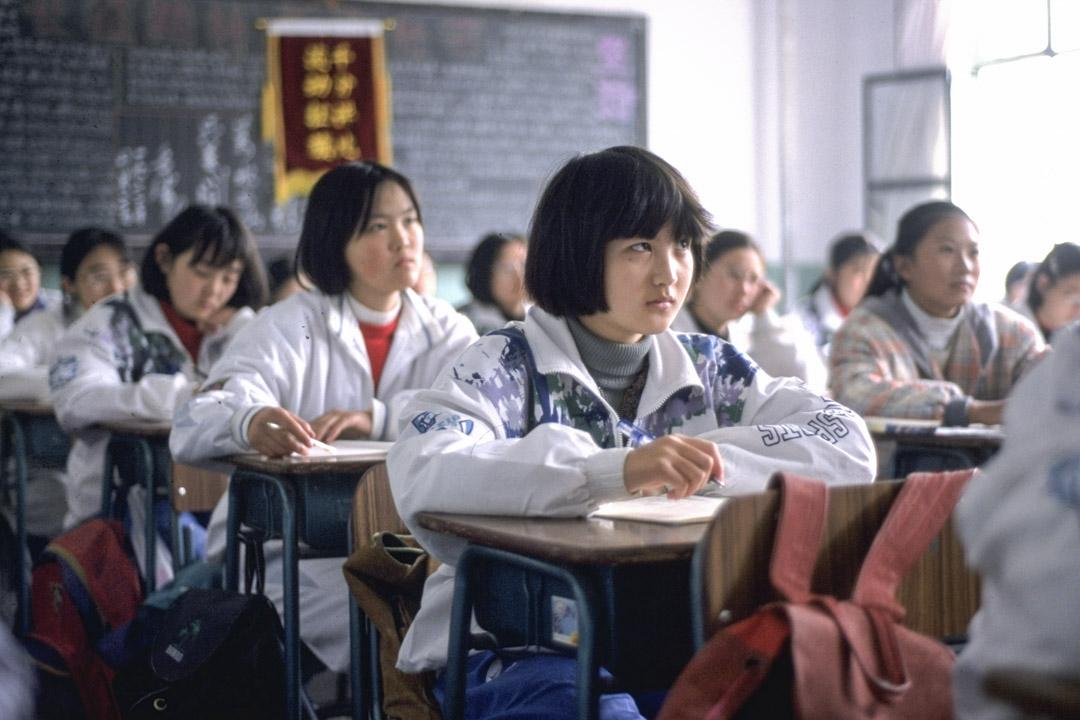 1996年,中國一所女子中學的學生上課。