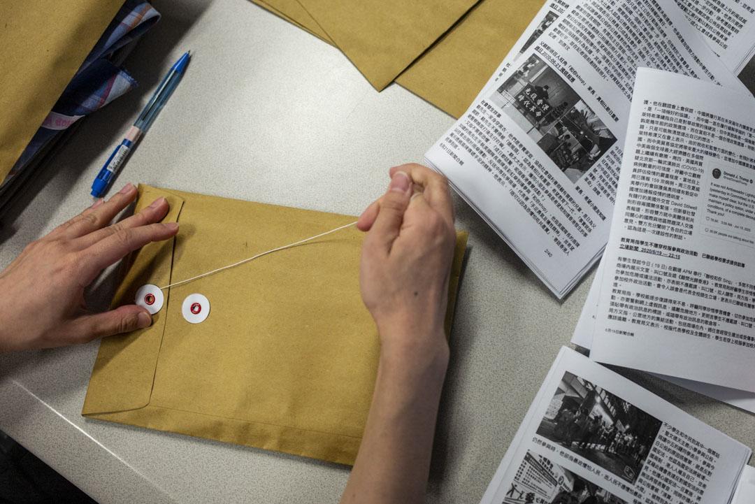 「解悶工廠」每日生產一冊資訊,包括每日的網媒報道和網絡熱話。