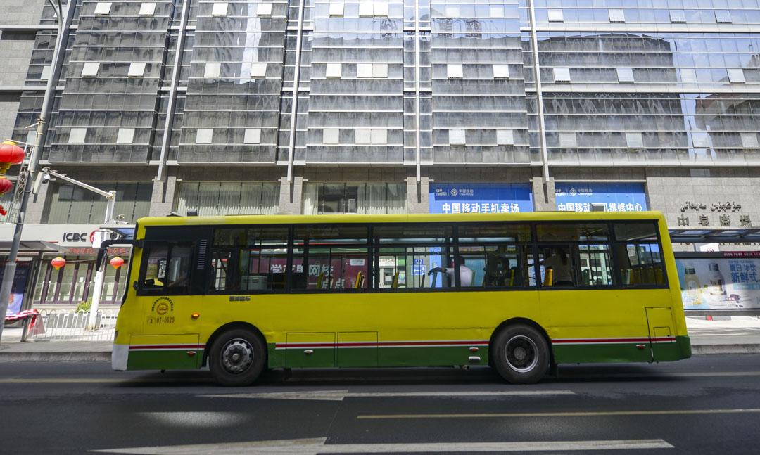 2020年9月1日,新疆維吾爾自治區烏魯木齊市,在新冠狀病毒爆發期間,一輛載有乘客的公共汽車在路上行駛。