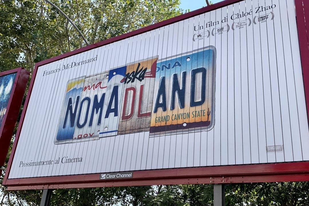 第一天起就獨自擁有巨大廣告牌的Nomadland 。