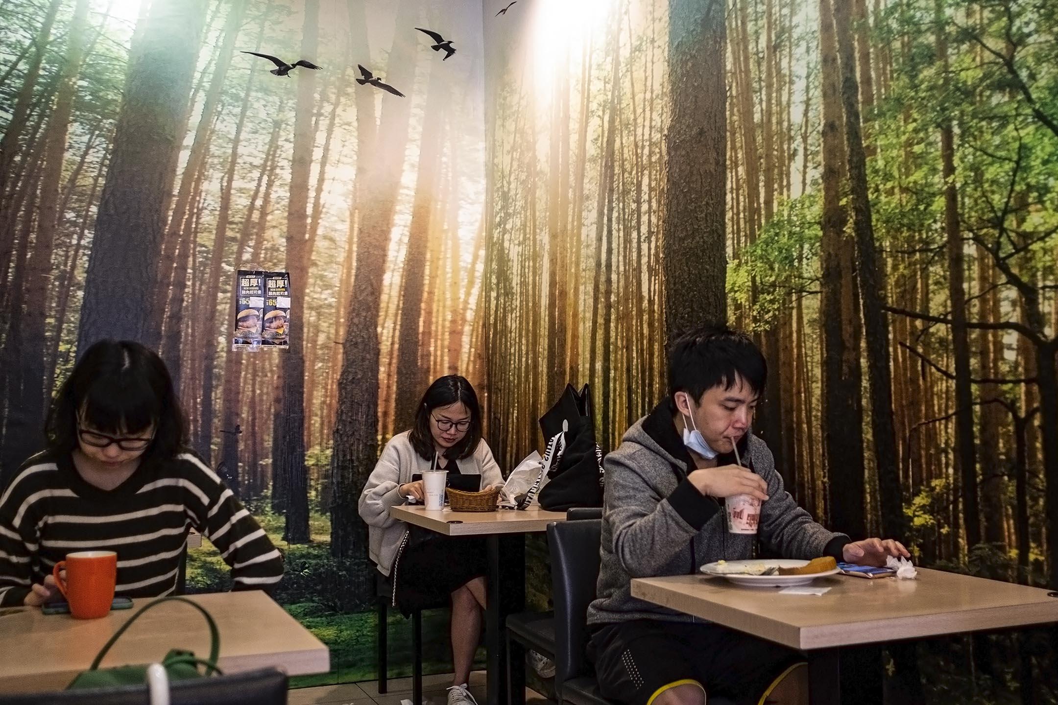 2019年4月27日台灣新店,市民在吃飯時看手機。