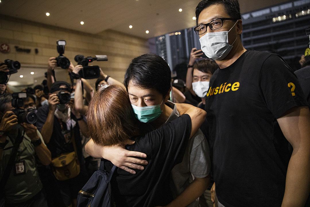 2020年8月27日西九龍裁判法院,香港民主派立法會議員林卓廷、許智峰,因光復屯門遊行和721事件遭警方起訴,兩人獲准保釋離開。