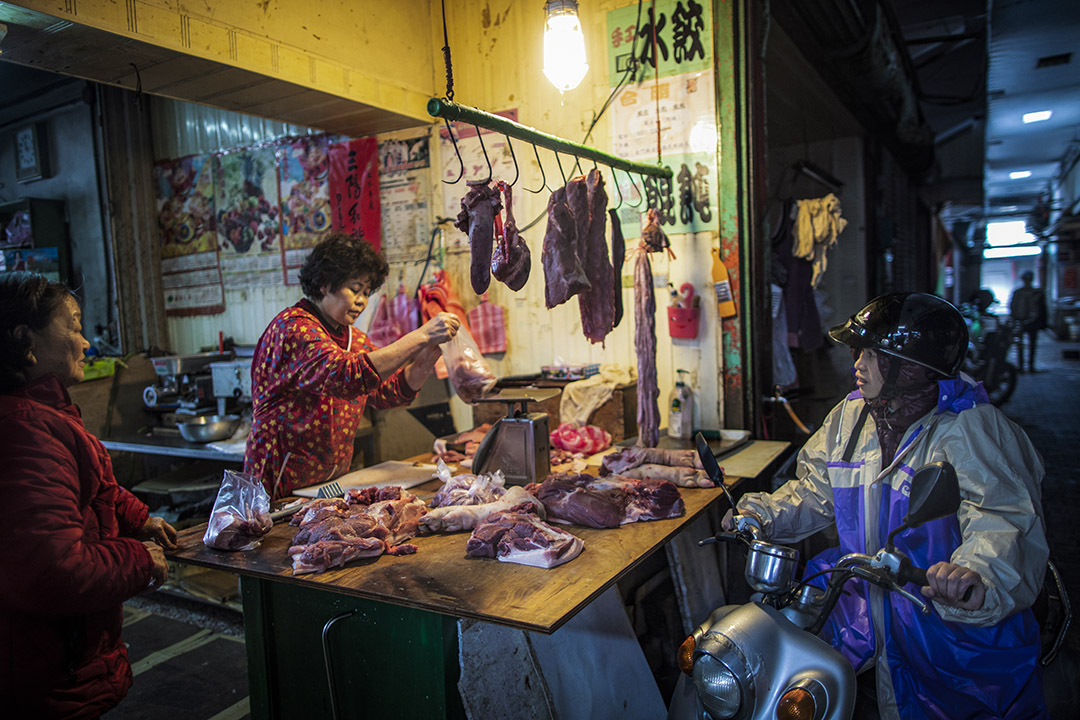 2019年1月5日,金門金城菜市場的肉販出售剛送來市場的豬肉。 攝:陳焯煇/端傳媒
