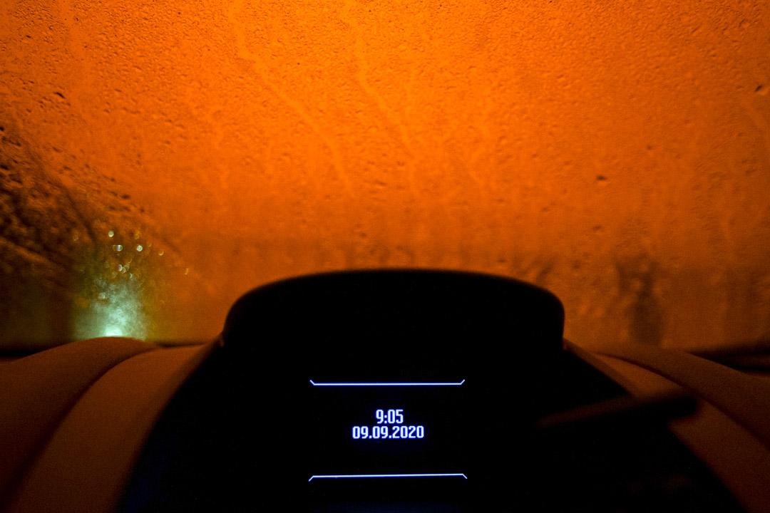 2020年9月9日,美國加州奧克蘭,晚上9:05分由車窗望出外面的天空依然呈現橙紅色。