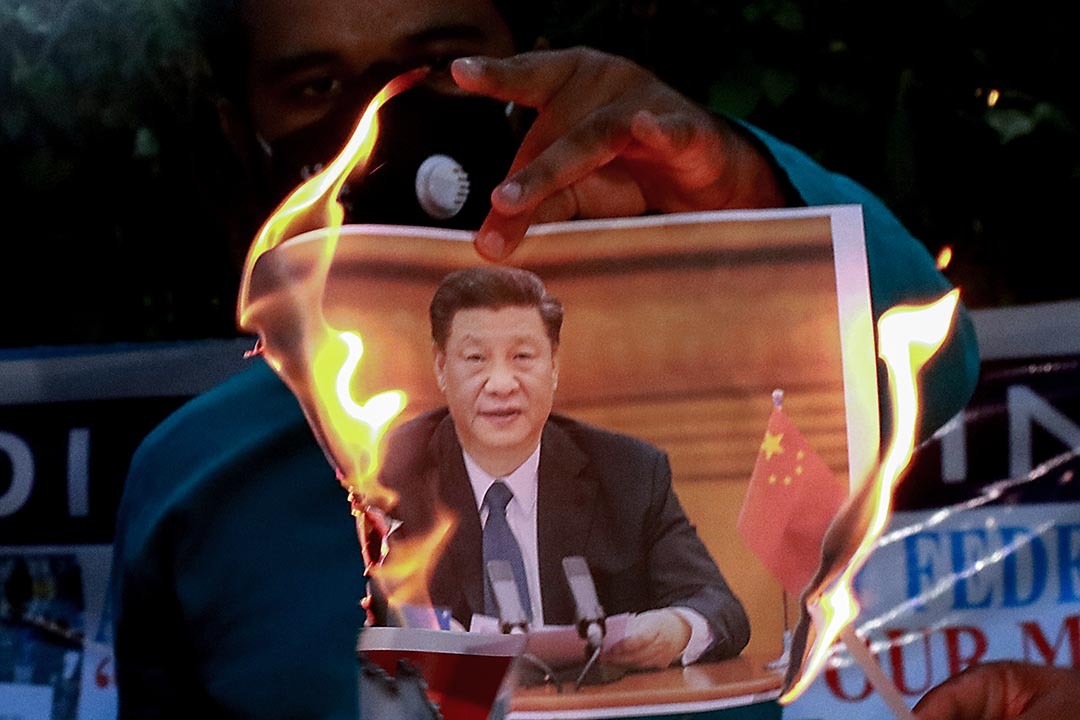 2020年6月17日印度加爾各答,一場針對中國政府的抗議活動中,示威者在焚燒中國國家主席習近平的照片。