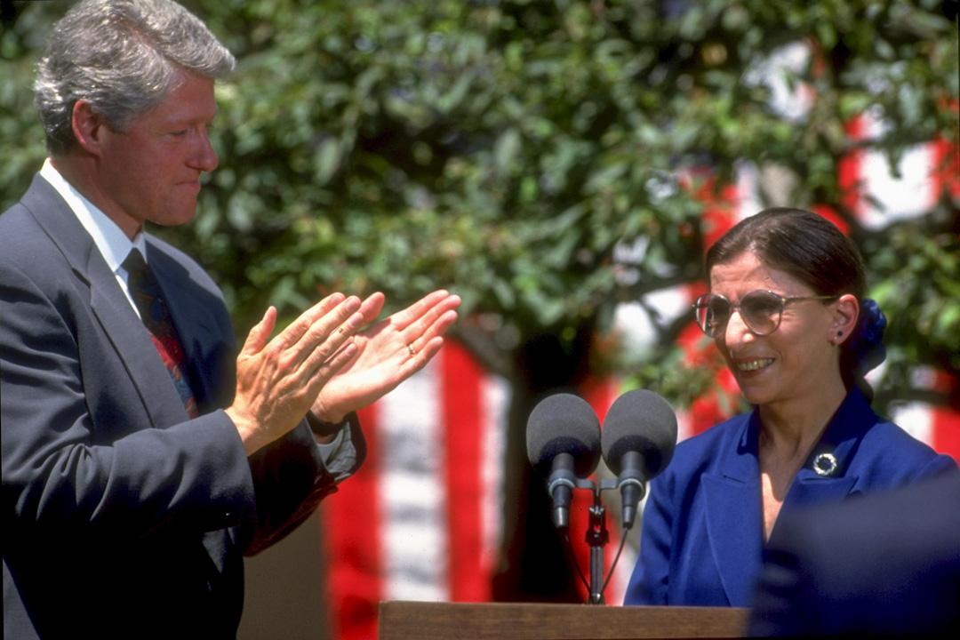 1993年6月14日,新上任美國最高法院法官的金斯堡(Ruth Bader Ginsburg)發表演說後,美國總統克林頓在旁鼓掌。