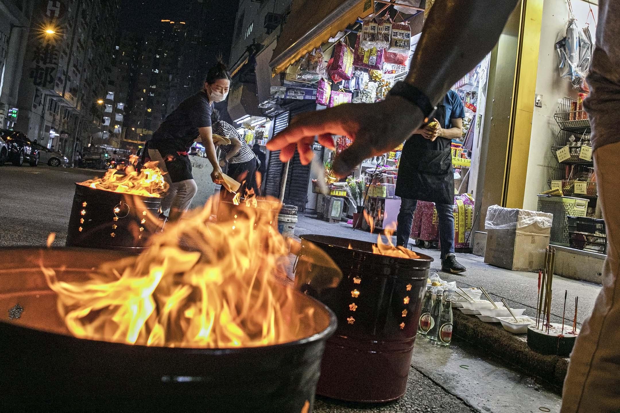 2020年9月2日紅磡,市民在盂蘭節期間燒街衣。 攝:陳焯煇/端傳媒