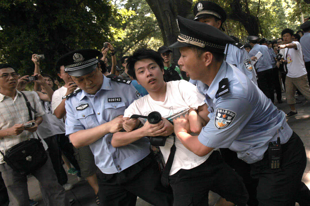 2010年8月1日中國廣州,示威者舉行支持廣東話的集會後被警察帶走。