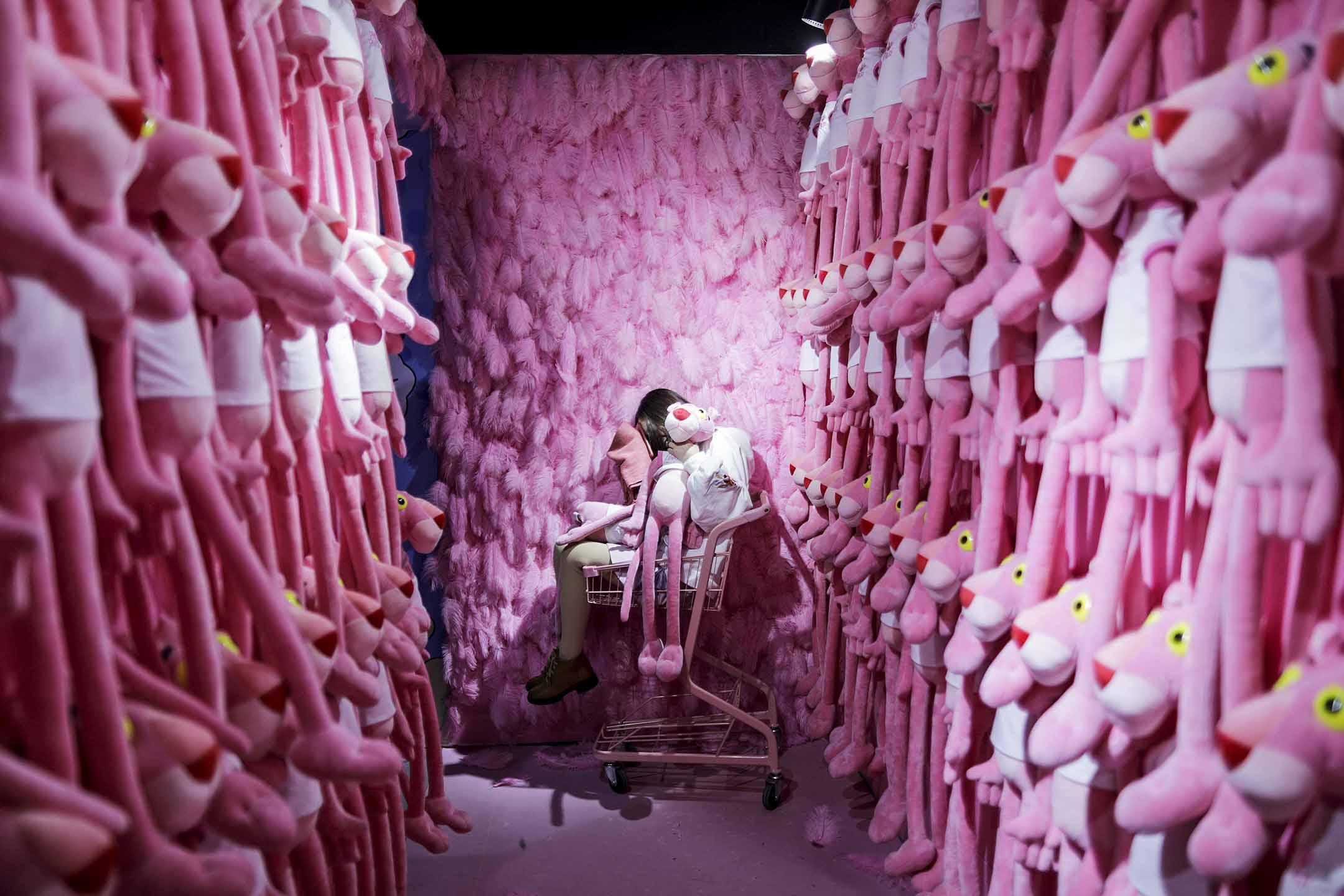 2019年11月18日,江蘇省蘇州市一家緩解壓力的博物館裡,一名女士坐在裝有粉紅豹玩具的購物車中。 攝:VCG/VCG via Getty Images