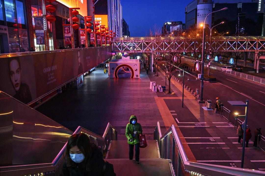2020年2月16日北京,中國婦女戴著口罩在北京一個購物中心外。