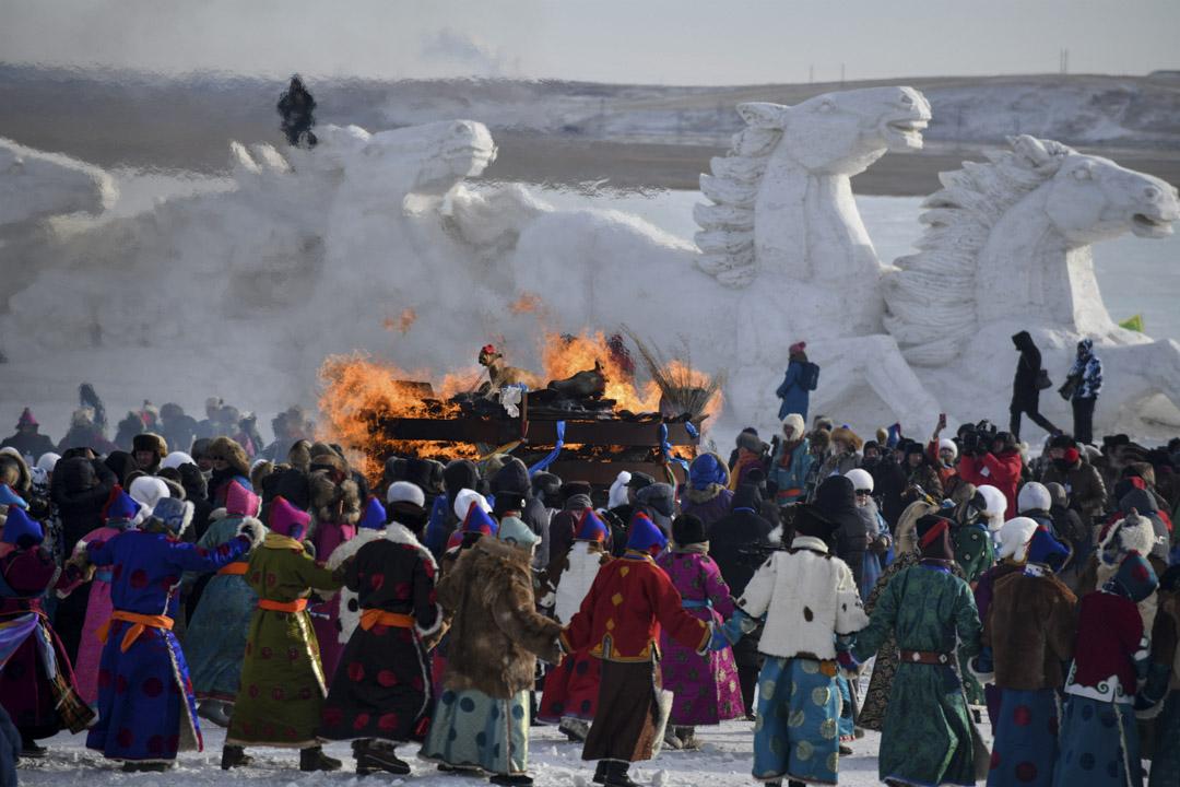 2018年12月23日,中國內蒙古呼倫貝爾舉行的冬季那達慕大會上,參加者在祭祀儀式上跳舞。