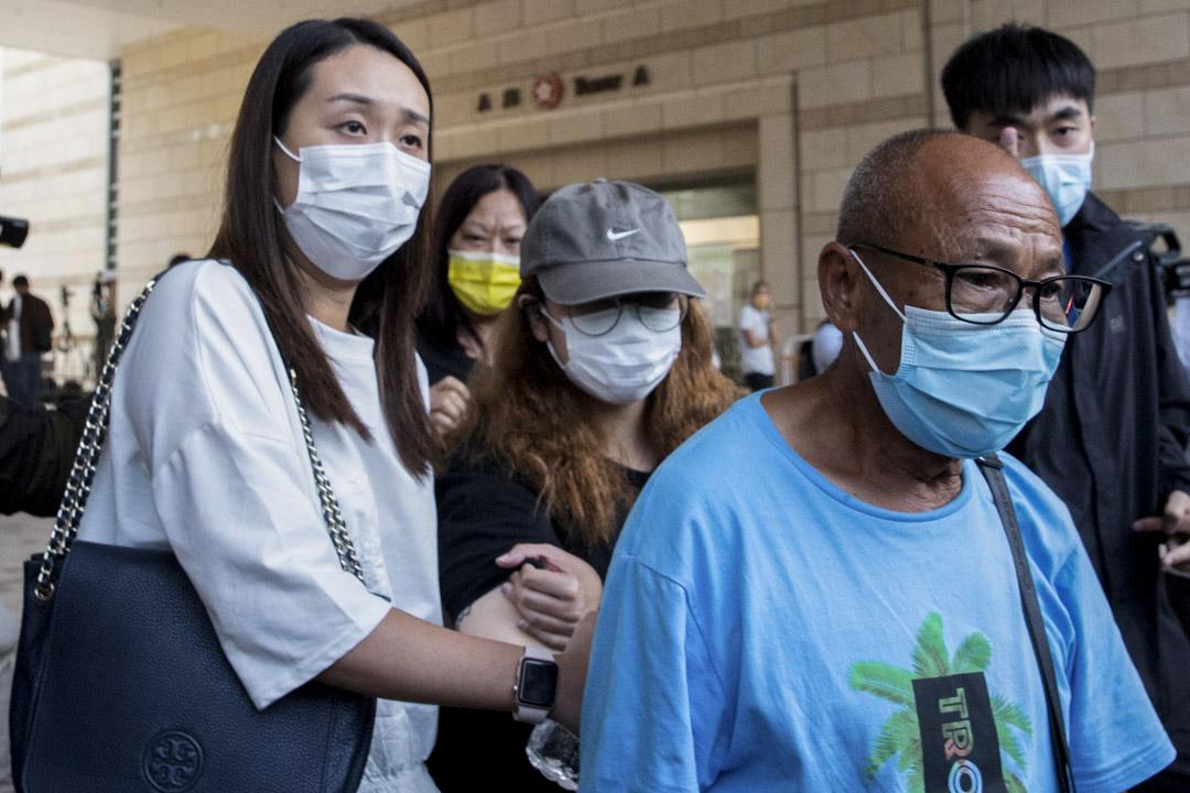 2020年8月24日,陳彥霖死因庭展開為期11日的研訊,陳彥霖的母親(白衣)首先出庭作供。