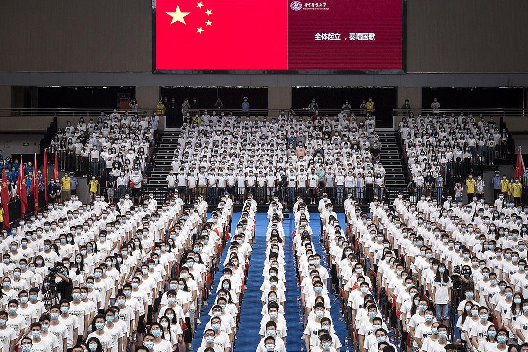 2020年9月4日湖北武漢,七千名學生戴著口罩在開幕式期間在武漢的大學體育場內舉行開學禮。 圖:Getty Images