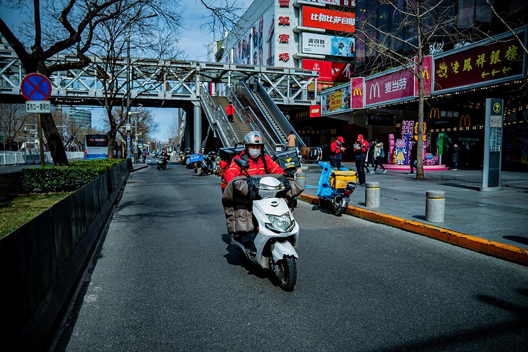 2020年3月15日中國北京,忙於送外賣的外賣騎手。