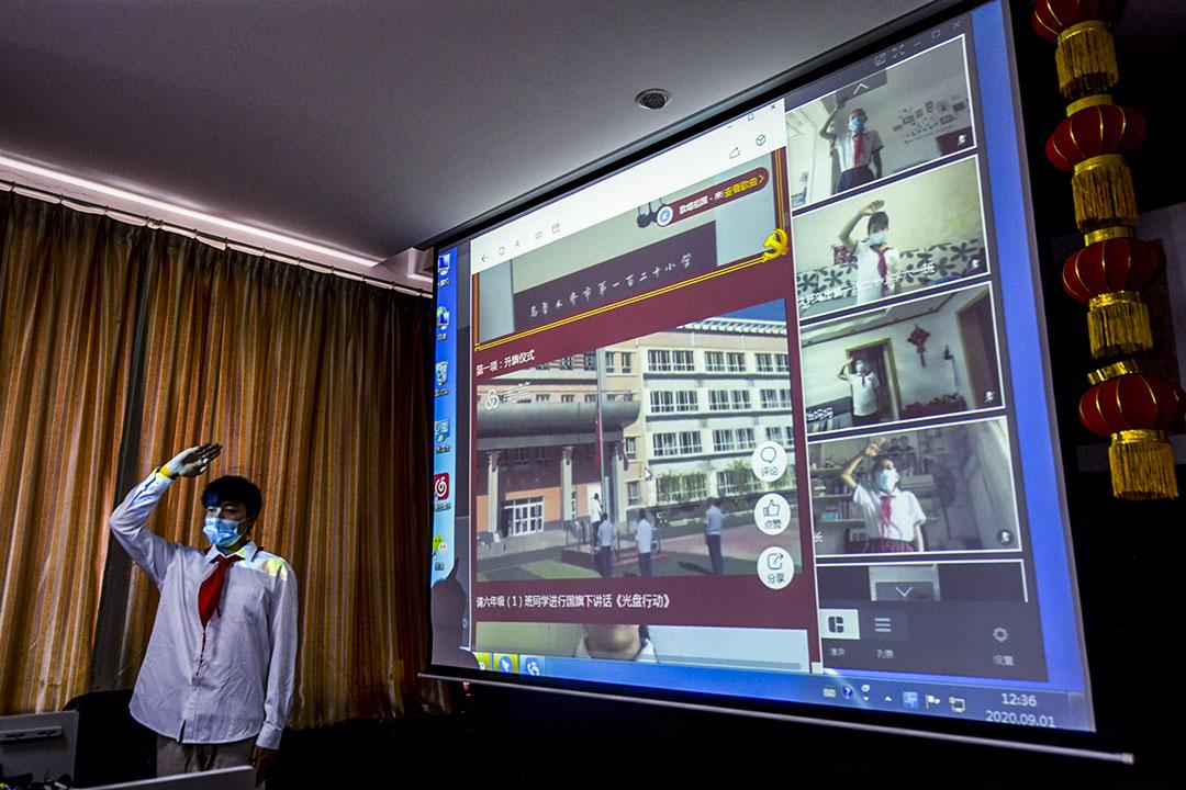 2020年9月1日烏魯木齊,一所小學在一個新的學期的第一天,學生在網上參加升旗儀式。
