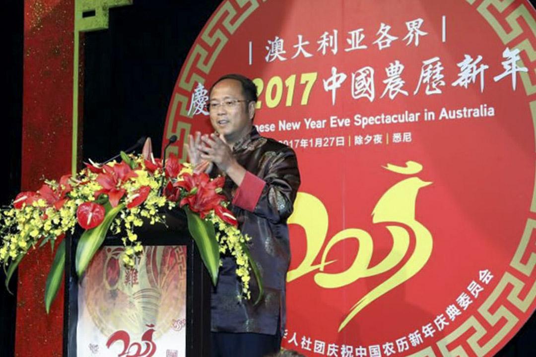 中國商人黃向墨曾擔任澳洲中國和平統一促進會會長,多次向澳洲政黨捐款,被報導和中共統戰部門有聯繫,被視為是北京干預澳洲的重要人物。