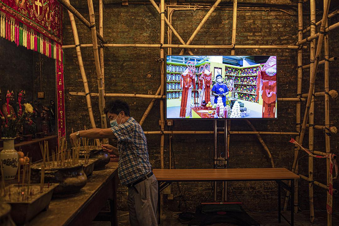 2020年9月4日,文武廟內的電視,工作人員預備播放盂蘭節的祭祀儀式。