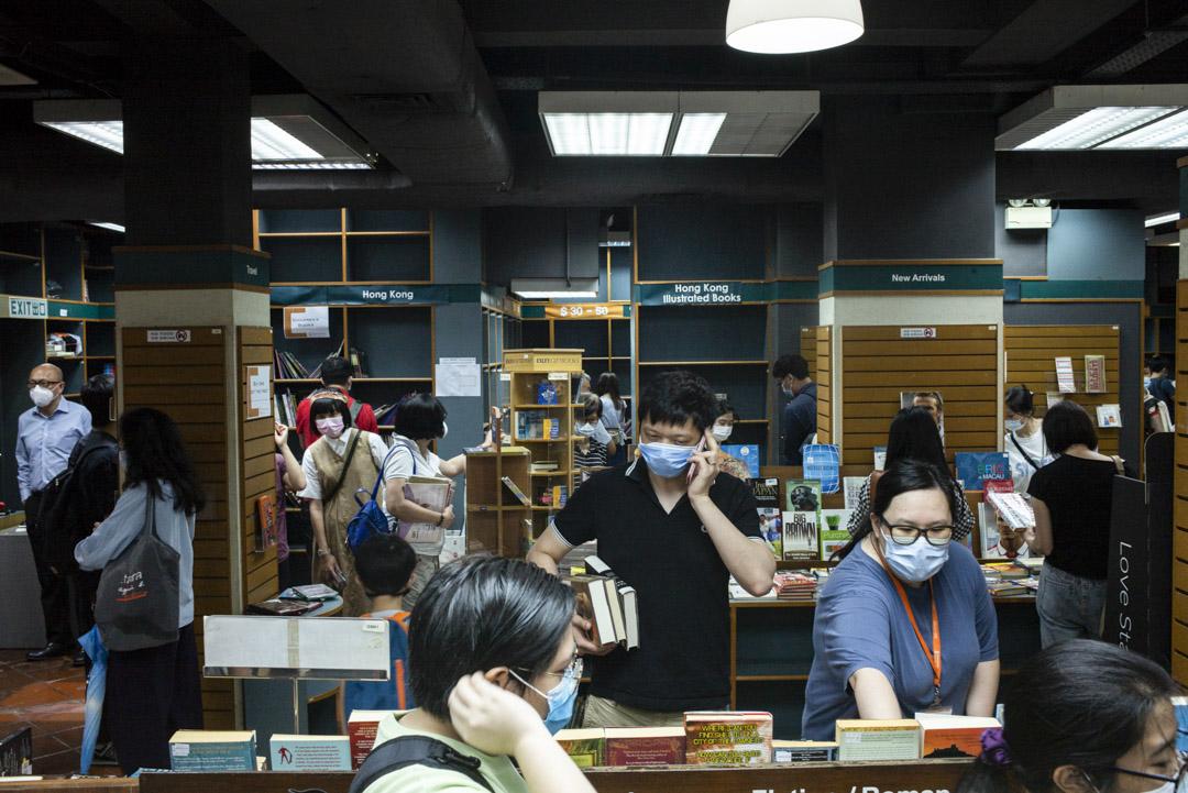 2020年7月31日,辰衝圖書有限公司最後一天,男女老幼在店內摩肩接踵。
