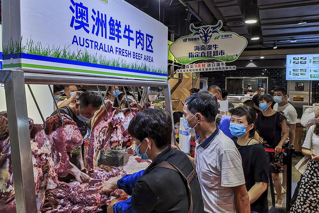 2020年7月4日中國海南,人們佩帶的口罩於超級市場排隊買澳洲牛肉。
