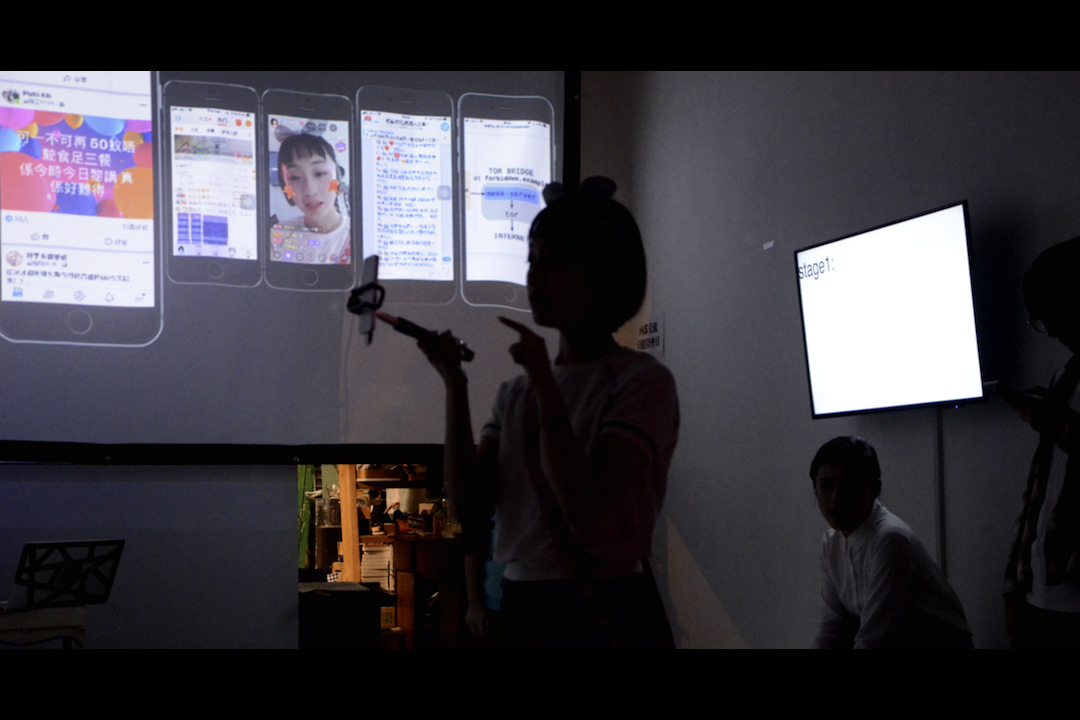 Operation 敢動,劇場+遊戲表演。觀眾(玩家)進入由六個表演者(角色)組成的遊戲世界。 玩家可以通過社交軟體與角色互動,並通過投票操控角色與其他角色產生不同的場景與對話。遊戲分為四個階段,圍繞Game Master描述的世界事件展開,而事件的展開又與每個場次的角色行為相關聯。最後玩家將共同塑造出 幾種不同的網路環境的可能性。