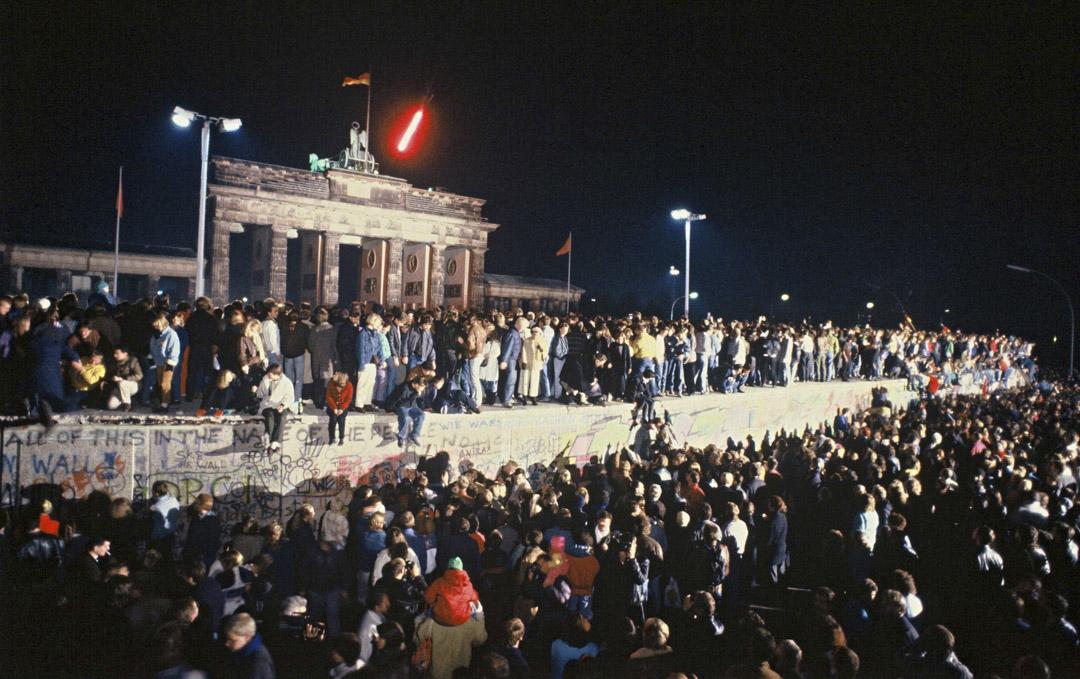 1989年11月9日,成千上萬的東德人爬上柏林牆。
