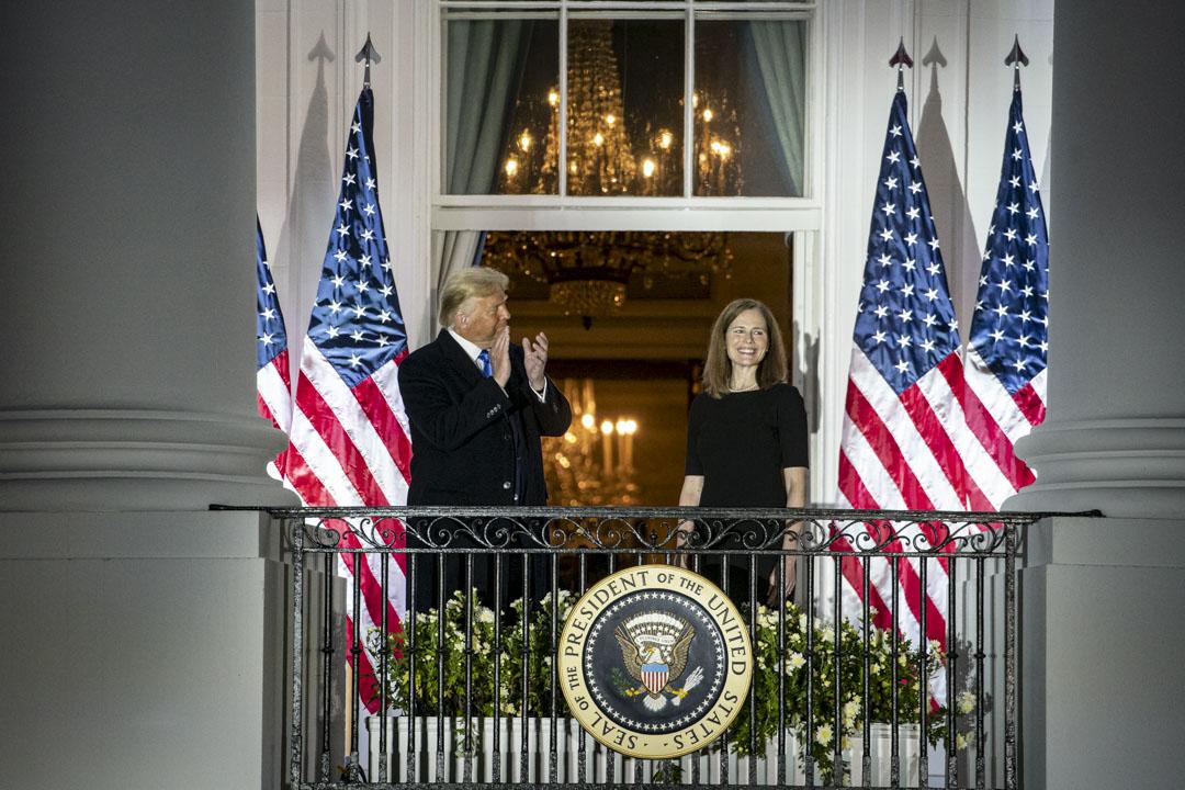 2020年10月26日,在最高法院大法官托馬斯主持宣誓後,總統特朗普與新任美國最高法院大法官艾米·康尼·巴雷特(Amy Coney Barrett)站在白宮藍屋的陽台上。 攝:Al Drago/Bloomberg via Getty Images
