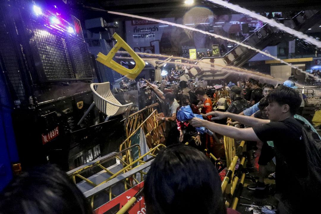 2020年10月16日泰國曼谷,反政府抗議活動期間,人們向警車扔雜物。