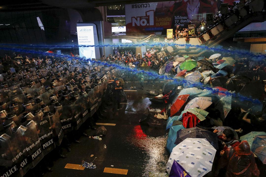 2020年10月16日泰國曼谷,警方向示威者發射藍色水炮。