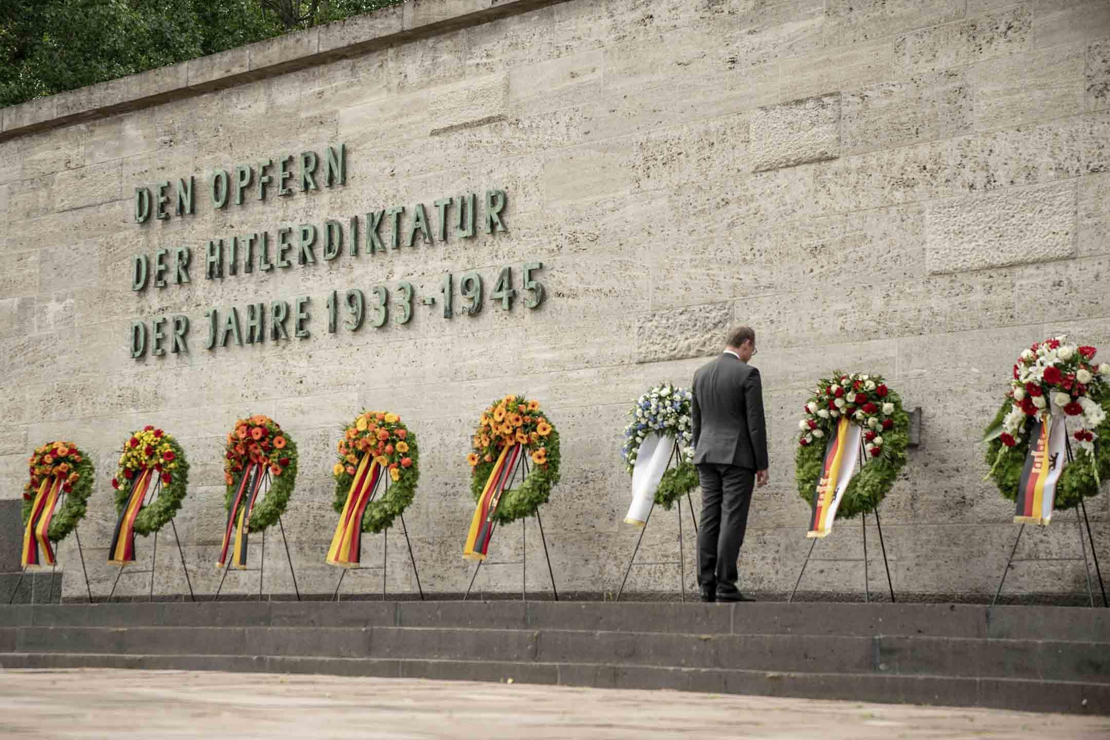 2020年7月20日,柏林市市長邁克爾·邁勒站在普爾岑湖紀念館進行獻花,悼念1944年7月20日對希特勒的暗殺未遂事件。 攝:Michael Kappeler / picture-alliance / dpa /AP/達志影像