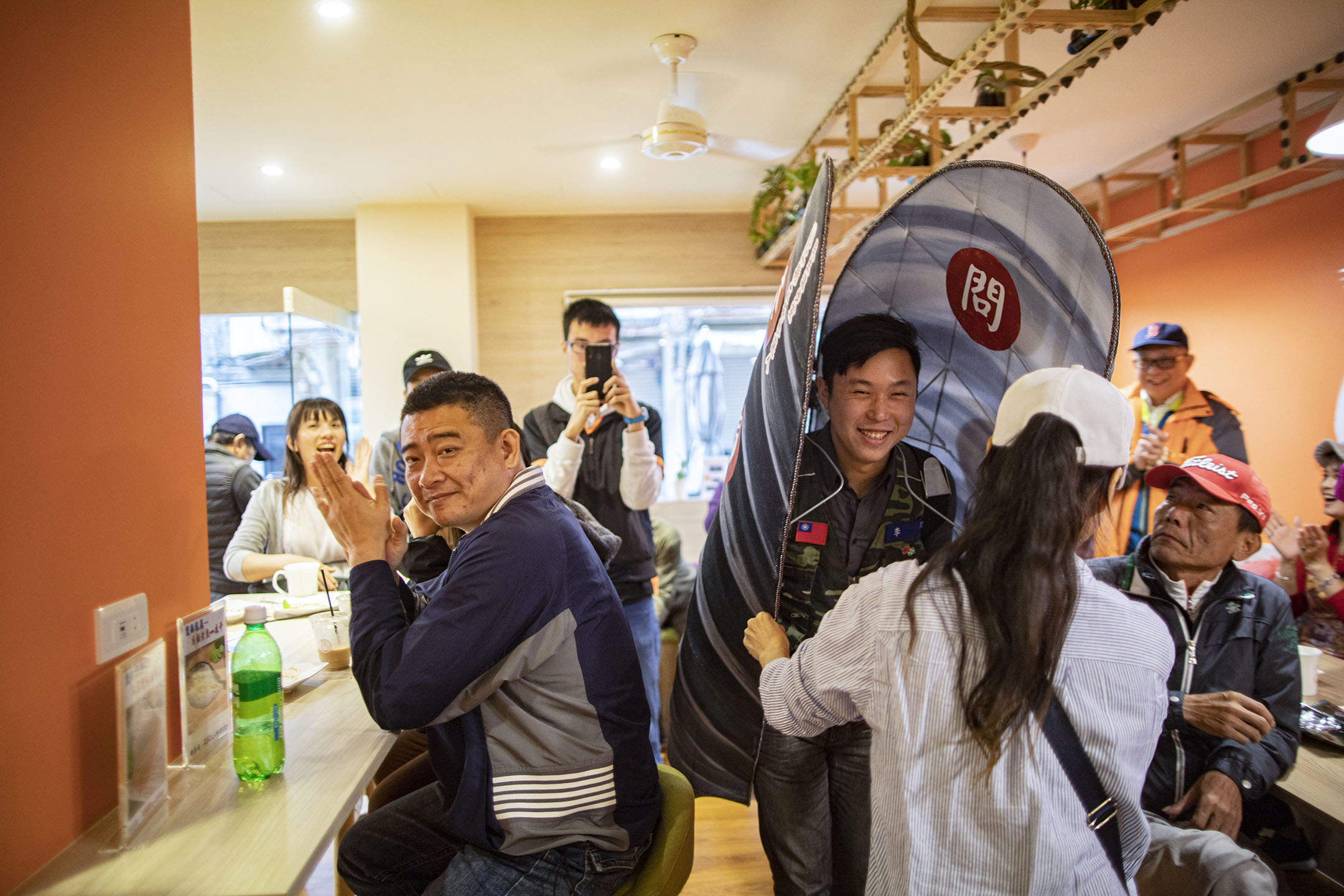 2019年11月30日,參選連江縣選舉區2020年立法委員選舉的李問在向居民拉票,他將自己打扮成淡菜。 攝:陳焯煇/端傳媒