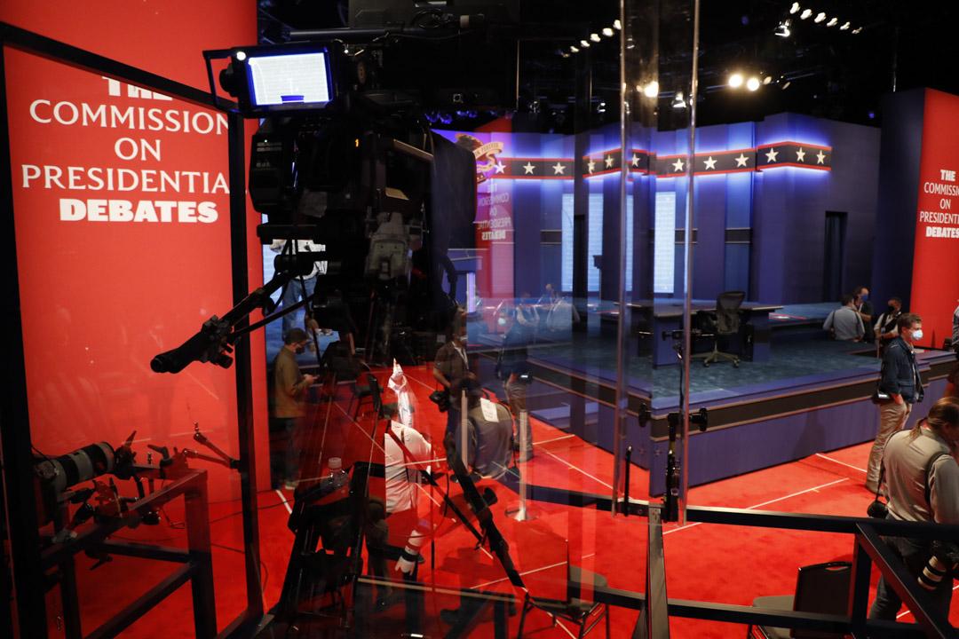 2020年10月21日,美國總統大選最後一場辯論前,工作人員作最後準備。