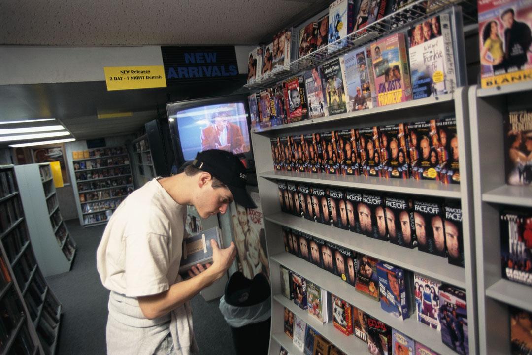 紐約曼哈頓一家出租電影的錄像店,年輕男士在眾多電影中選擇。