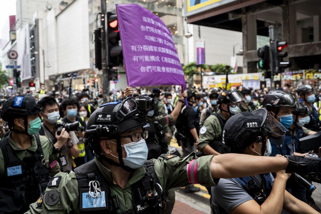 2020年10月1日,警方在銅鑼灣舉紫旗,警告現場人士或觸犯國安法。