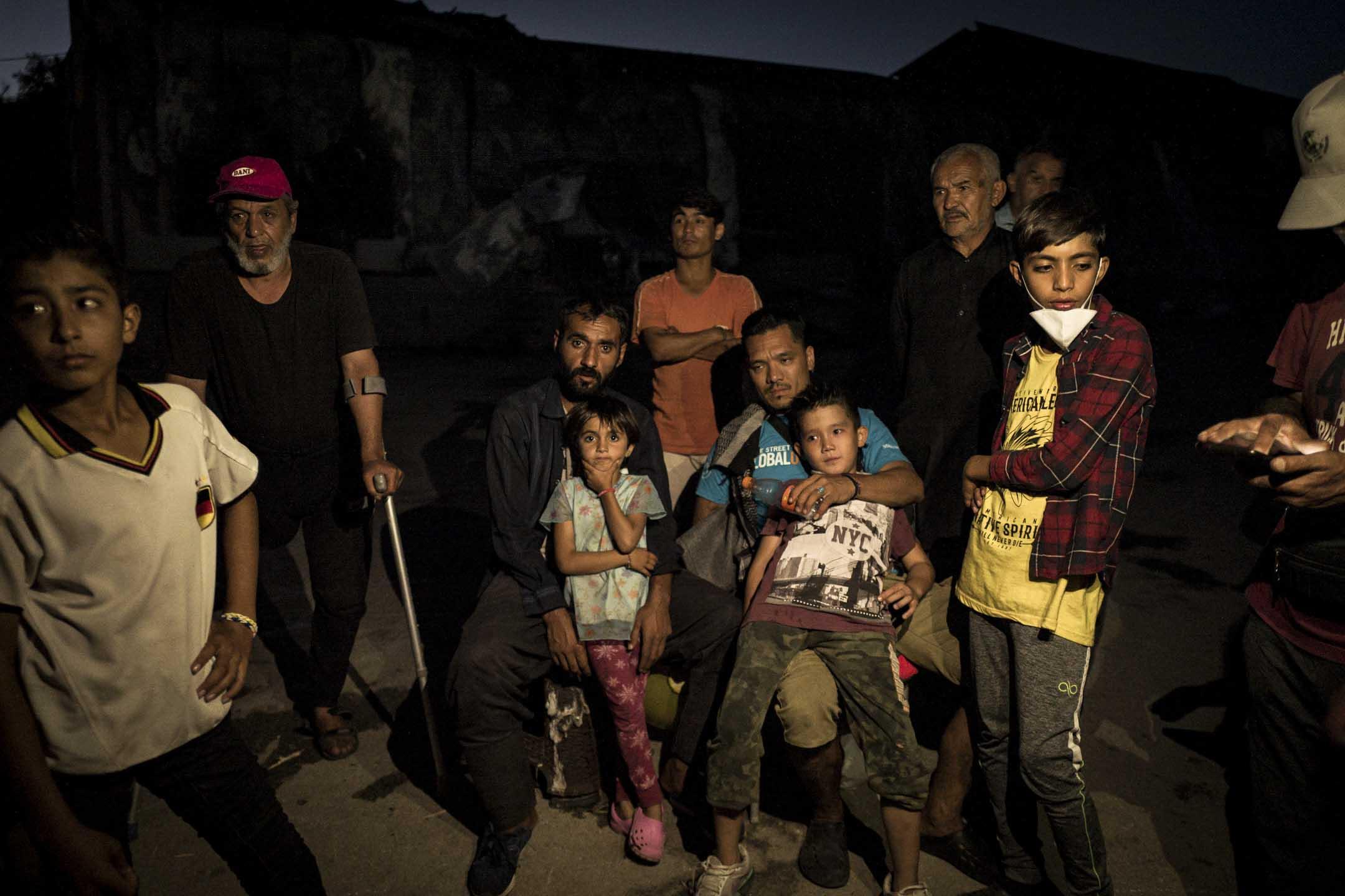 一家被困島上的敘利亞人仍然生活在被大火摧毀的難民營中。 攝:Nicola Zolin/端傳媒