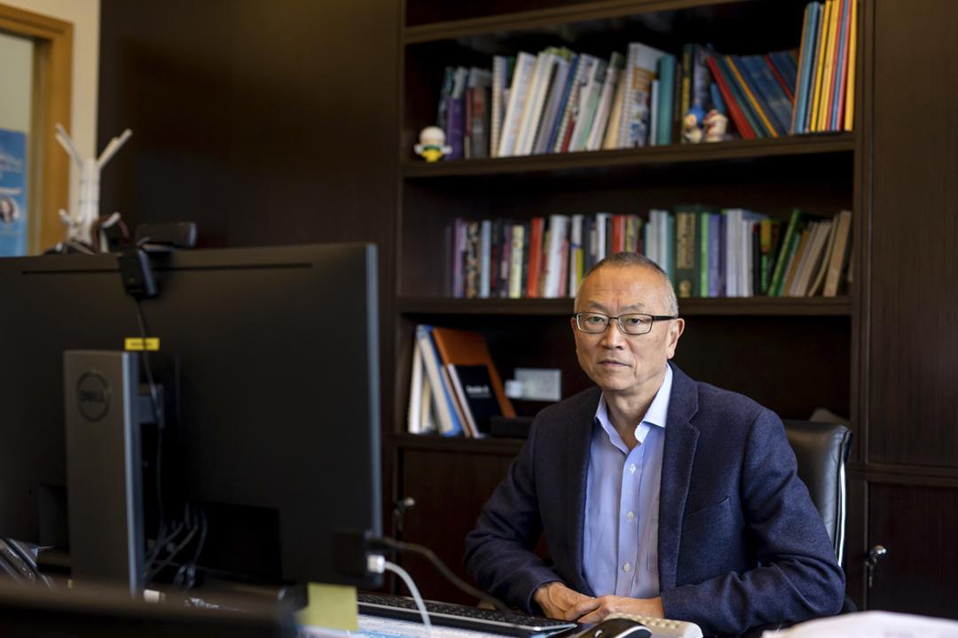 2020年3月20日,香港大學公共衛生學院院長福田敬二(Keiji Fukuda)在辦公室接受傳媒專訪。 攝:Paul Yeung / Bloomberg via Getty Images