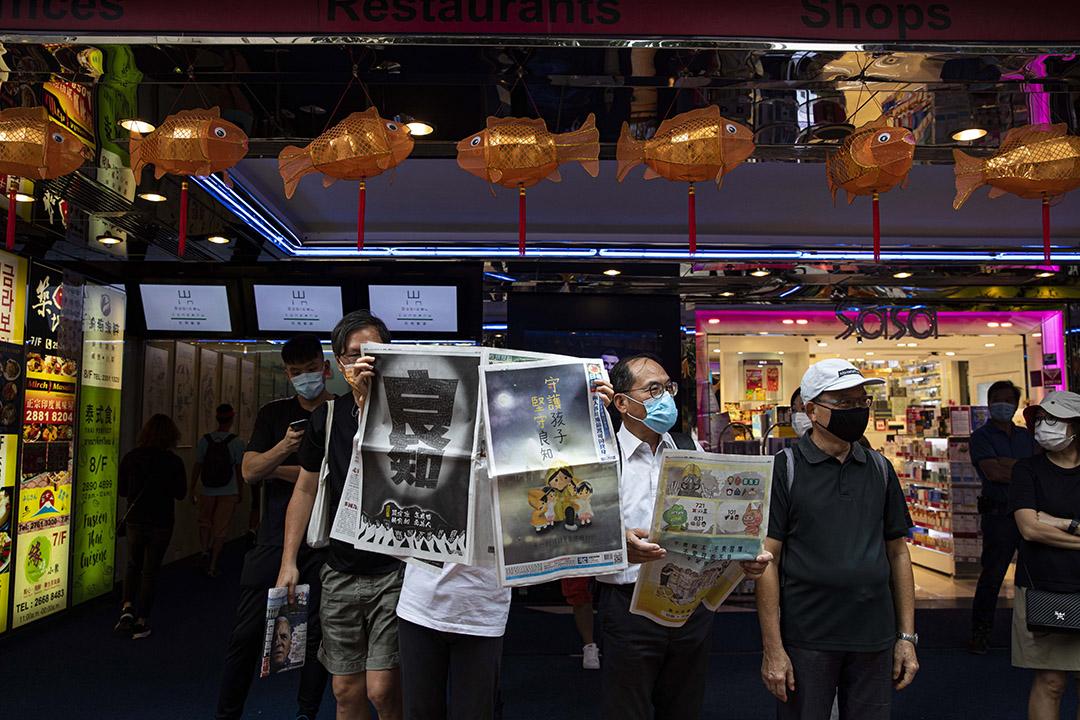2020年10月1日銅鑼灣,市民在十一國慶時於街頭看蘋果日報。