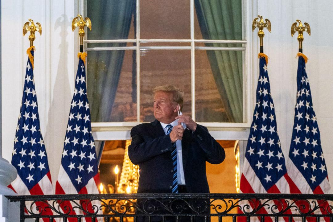 2020年6月5日,美國總統特朗普回到白宮後,站在平台摘下口罩。