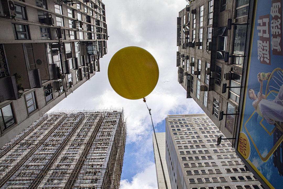 2020年10月1日銅鑼灣,市民在十一國慶時於街頭拿著一個黃氣球示威。