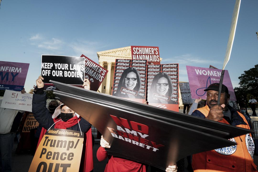 2020年10月26日,支持和反對最高法院提名人艾米·康尼·巴雷特(Amy Coney Barrett)的示威者在美國最高法院前請願。