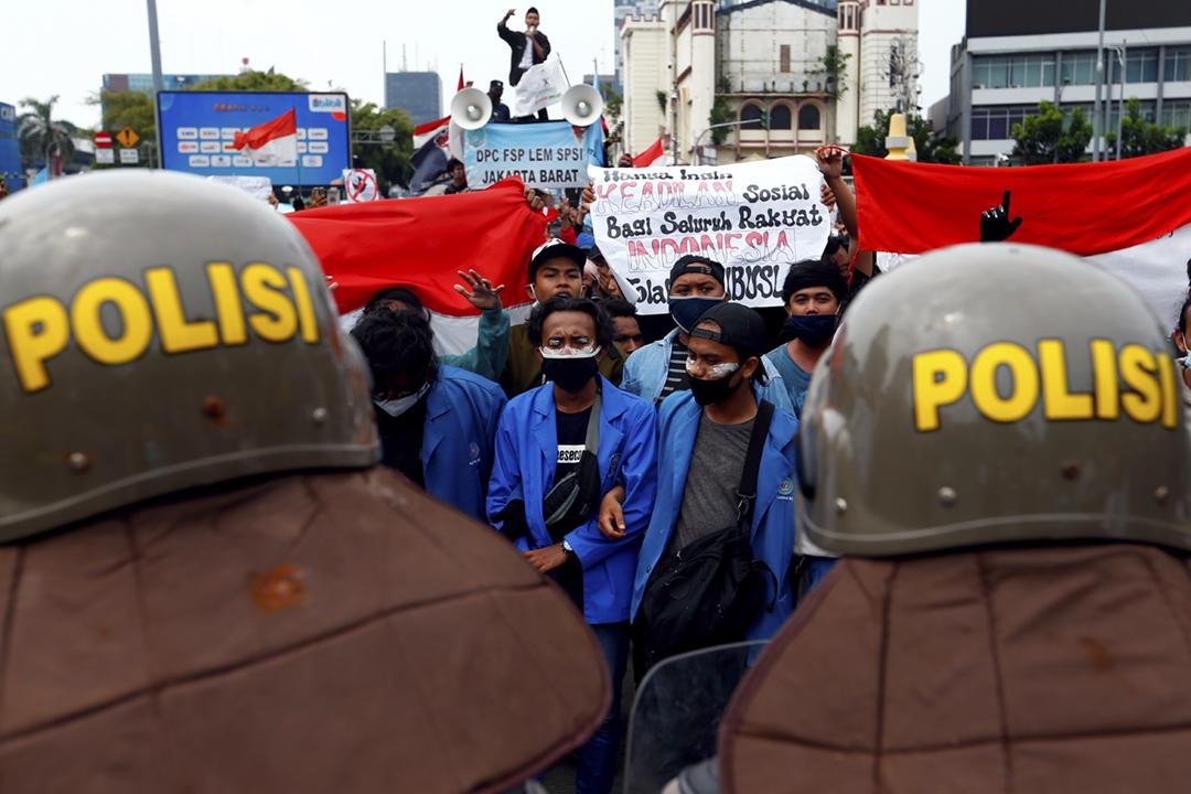 2020年10月8日在印尼首都雅加達,反對《創造就業法案》的抗爭者與警方對峙。 攝:Ajeng Dinar Ulfiana / Reuters