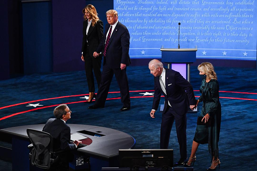 2020年9月29日首次美國總統辯論,美國總統特朗普和美國第一夫人梅拉尼婭走下舞台,民主黨總統候選人喬·拜登與主持人會談。 攝:Kevin Dietsch/Bloomberg via Getty Images