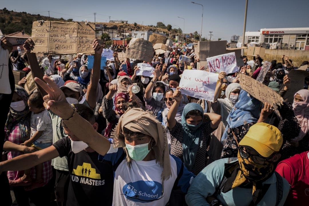 難民和尋求庇護者在通往萊斯沃斯島首府米蒂利尼的道路上示威,抗議將他們移往一個新營地的計劃。